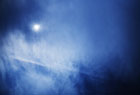 太陽と飛行機雲。