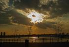 雲間から覗く夕日をDP2で撮る。